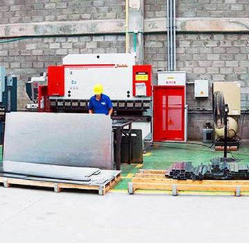 Dobladoras de 2, 4 y 6 ejes: DURMA y BYCAL, operadas por CNC.