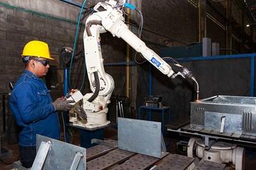 Robot soldador DAHIEN, operado por CNC.